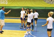 Daniel Gheorghe, la primul antrenament oficial al handbalistelor de la CS Dacia Mioveni